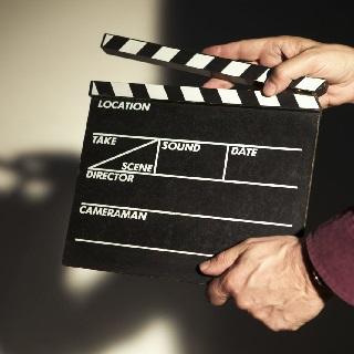 Роли исполняют: Дэнни ДеВито, Марго Робби, Зак Эфрон и Тэрон Эгертон