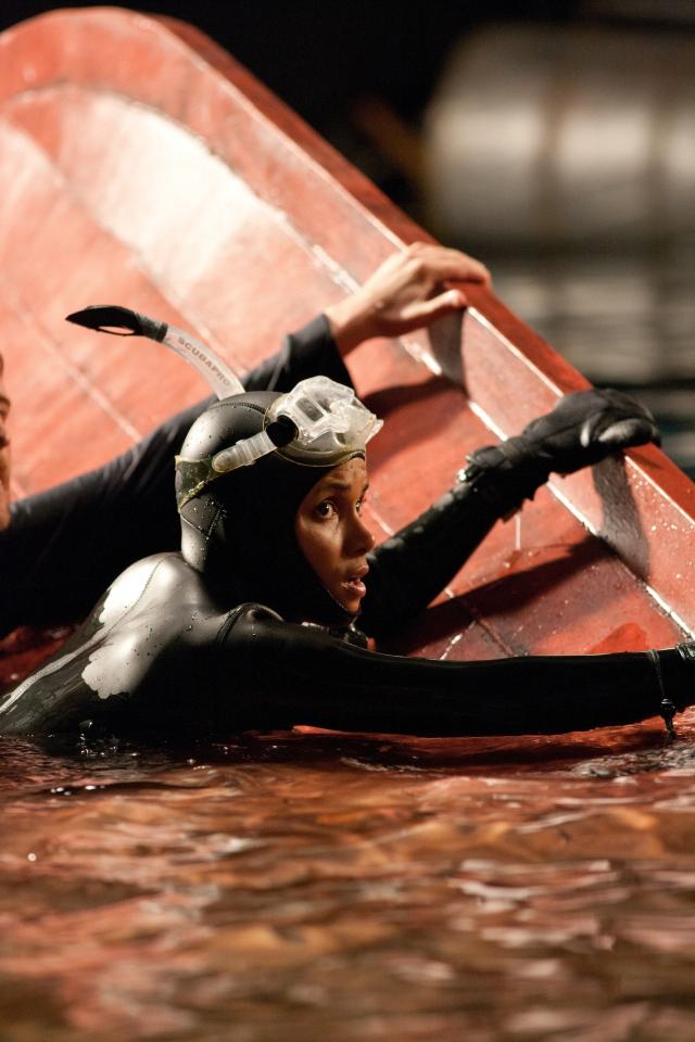 кадры из фильма Заклинательница акул Хэлли Берри,
