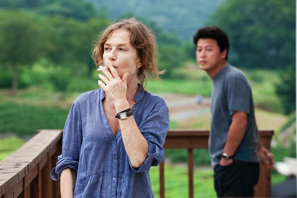 кадры из фильма В другой стране Изабелль Юппер, Ю Чжун-Сан,