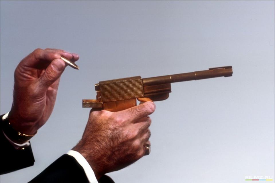 кадры из фильма Человек с золотым пистолетом