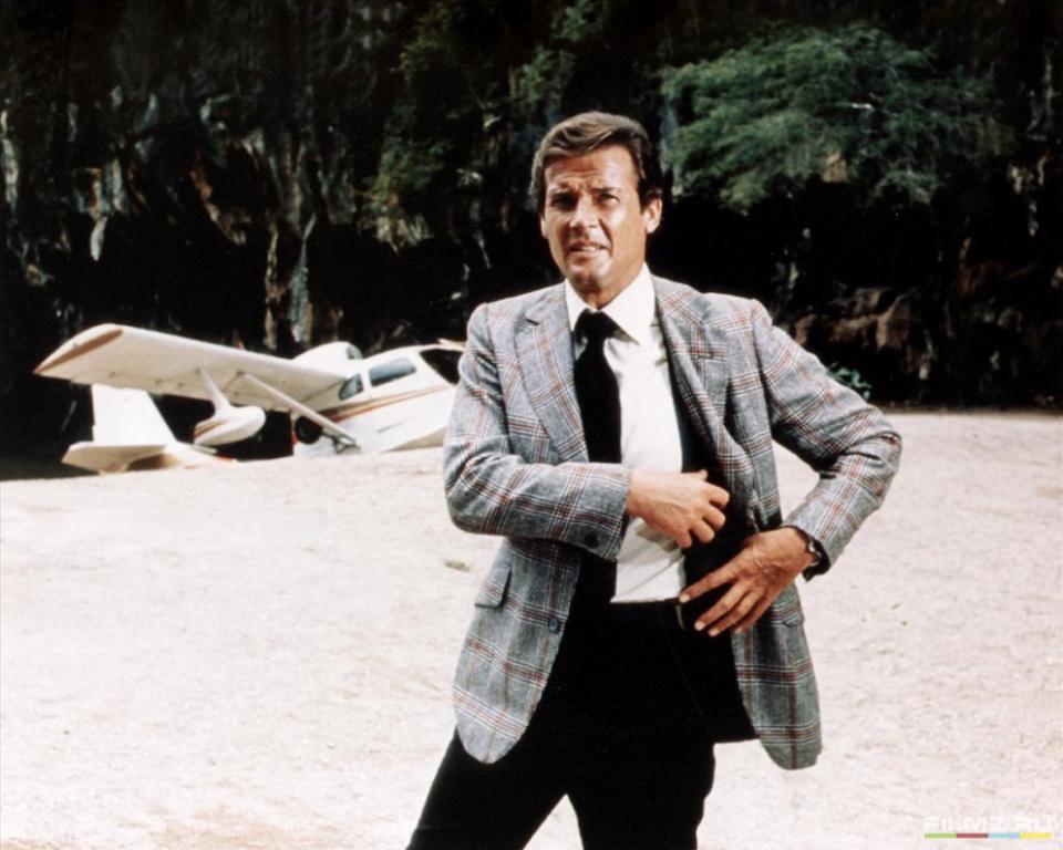кадры из фильма Человек с золотым пистолетом Роджер Мур,