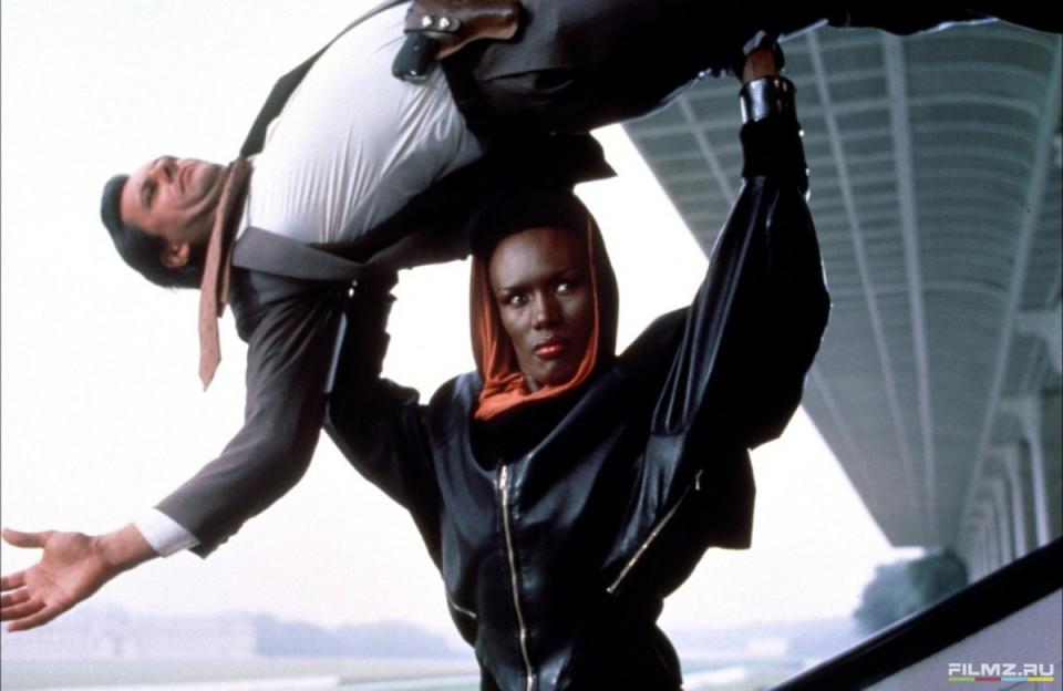 кадры из фильма Вид на убийство Грейс Джонс,