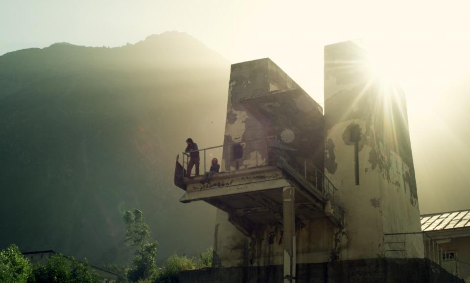 кадры из фильма Самая одинокая планета Гаэль Гарсия Берналь, Хани Фюрстенбер,