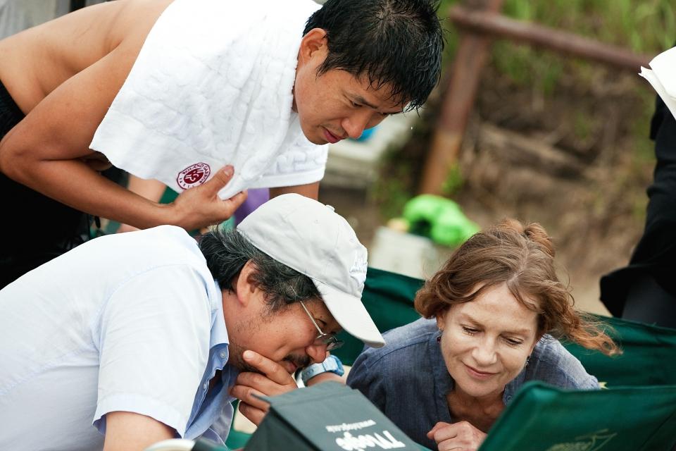 со съемок В другой стране Хон Сан Су, Изабелль Юппер,