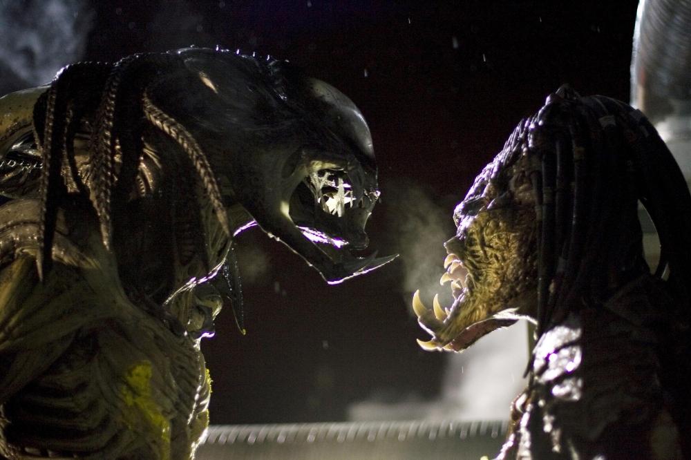 кадры из фильма Чужие против Хищника: Реквием
