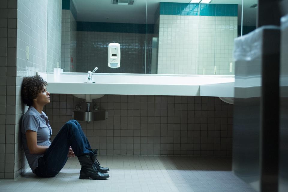 кадры из фильма Тревожный вызов Хэлли Берри,