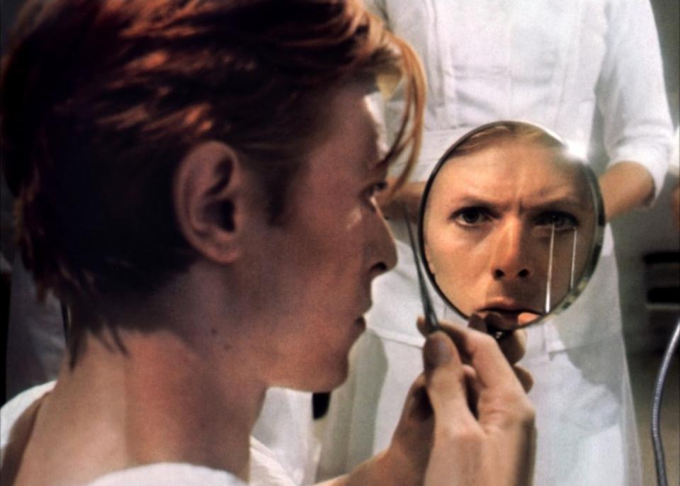 кадры из фильма Человек, который упал на Землю Дэвид Боуи,
