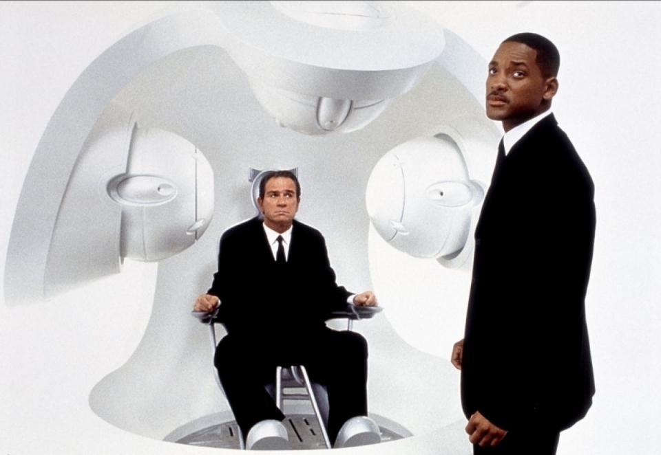 кадры из фильма Люди в черном II Томми Ли Джонс, Уилл Смит,