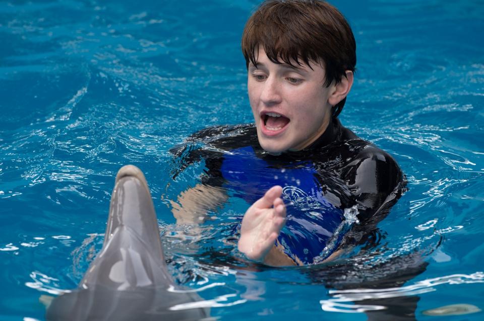 кадры из фильма История дельфина 2 Натан Гэмбл,