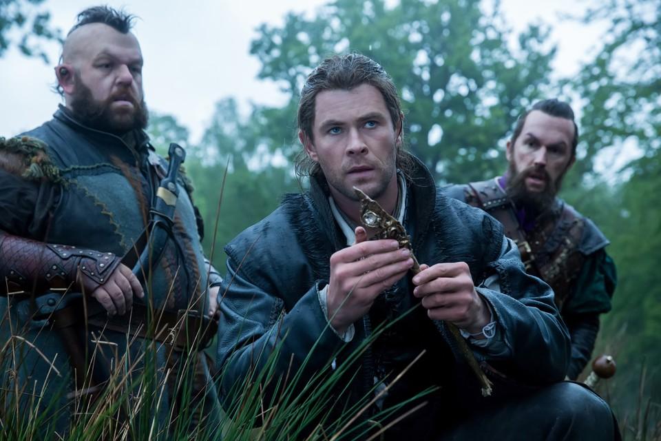 кадры из фильма Белоснежка и охотник 2 Ник Фрост, Крис Хемсворт,