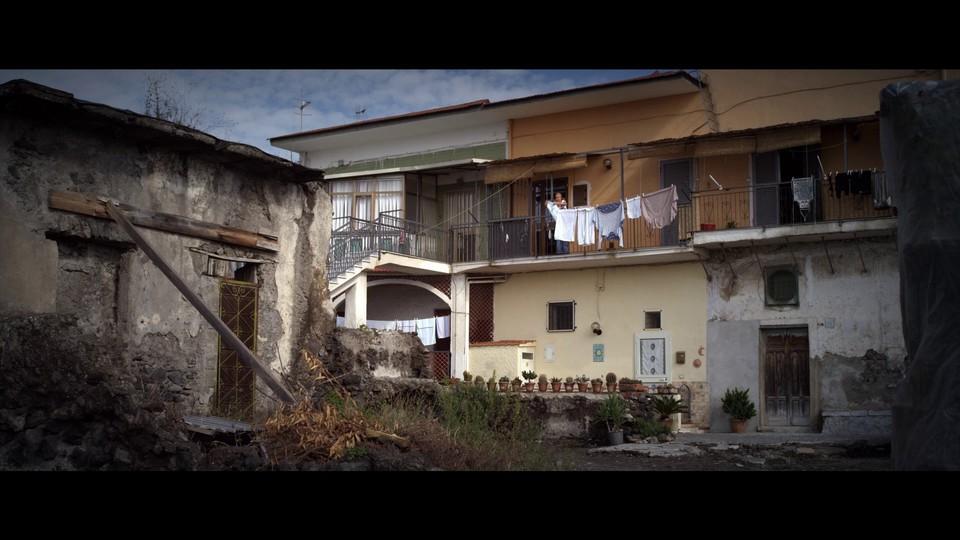 кадры из фильма Жизнь на вулкане