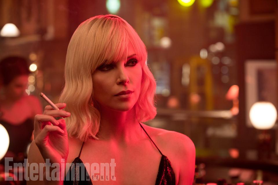кадры из фильма Взрывная блондинка Шарлиз Терон,