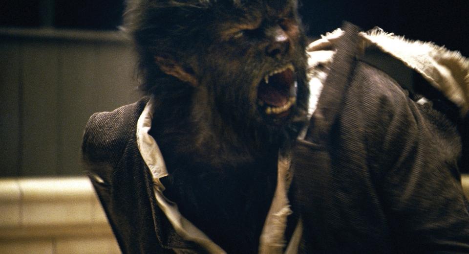 кадры из фильма Человек-волк Бенисио Дель Торо,