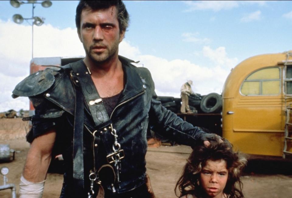 кадры из фильма Безумный Макс 2: Воин дороги Эмиль Минти, Мел Гибсон,