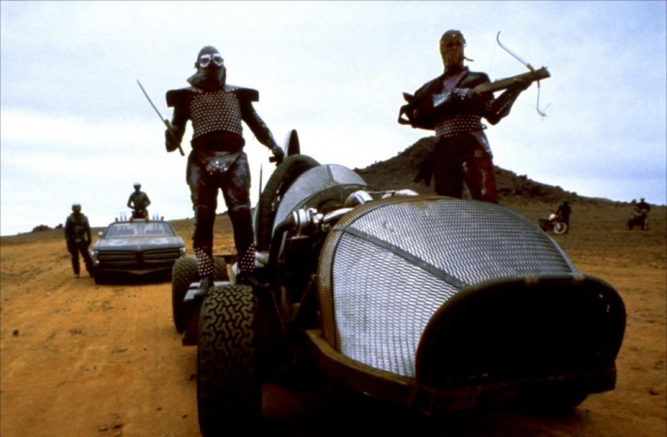 кадры из фильма Безумный Макс 2: Воин дороги