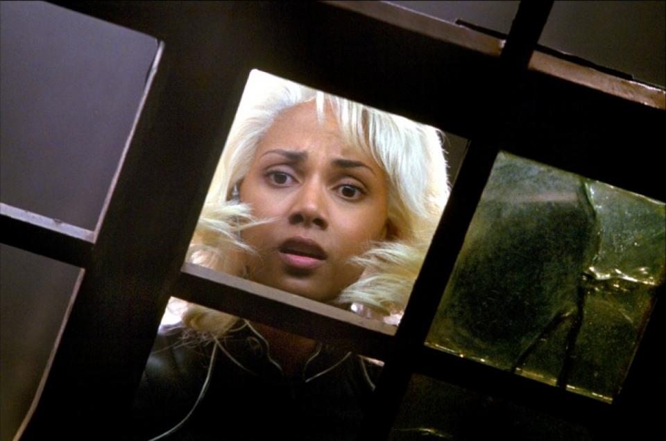 кадры из фильма Люди Икс 2 Хэлли Берри,