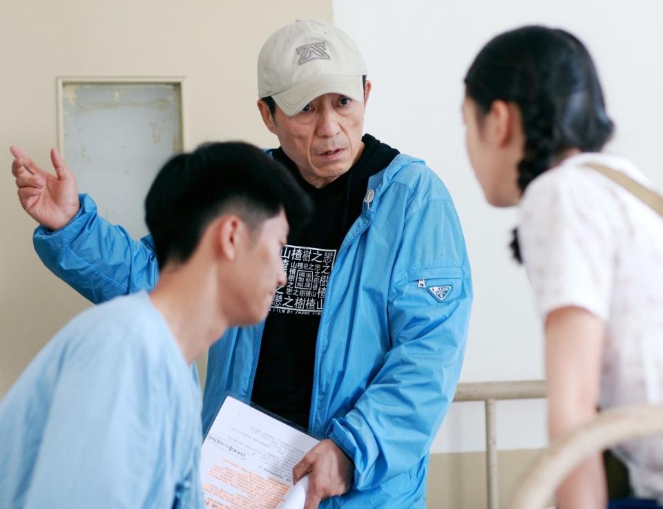 со съемок Под ветвями боярышника Шон Доу, Чжан Имоу, Дунюй Чжоу,