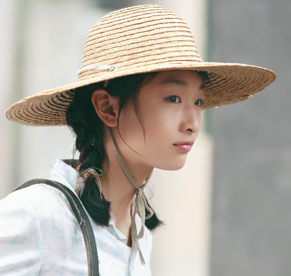 кадры из фильма Под ветвями боярышника Дунюй Чжоу,