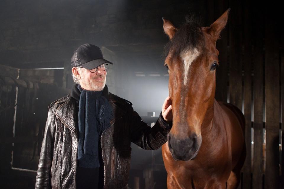 со съемок Боевой конь Стивен Спилберг,