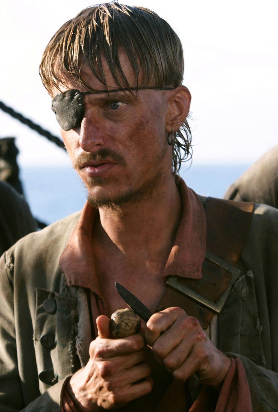 кадры из фильма Пираты Карибского моря: На краю света Маккензи Крук,