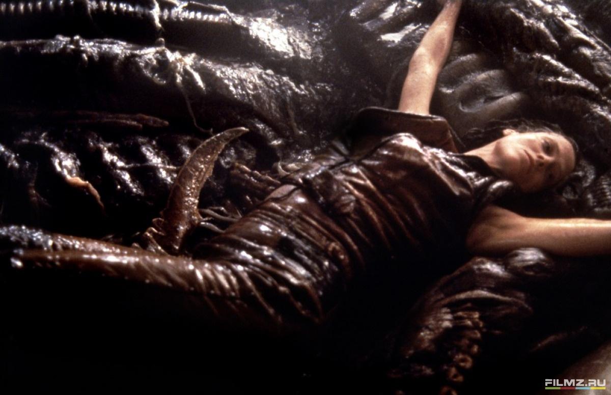 кадры из фильма Чужой 4: Воскрешение Сигурни Уивер,