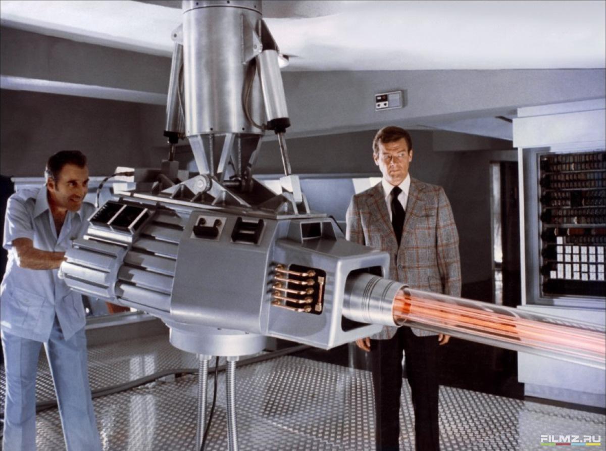 кадры из фильма Человек с золотым пистолетом Кристофер Ли, Роджер Мур,