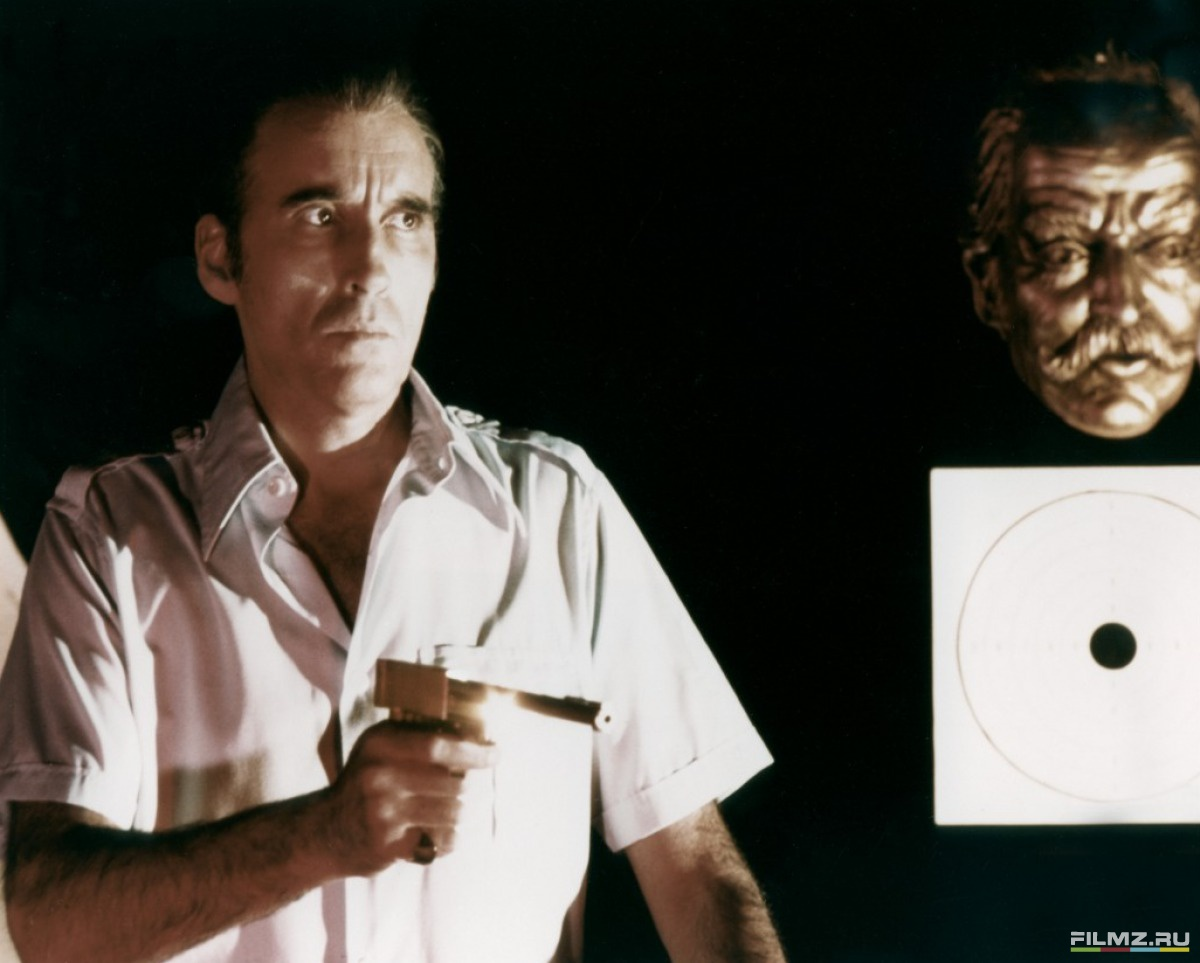 кадры из фильма Человек с золотым пистолетом Кристофер Ли,
