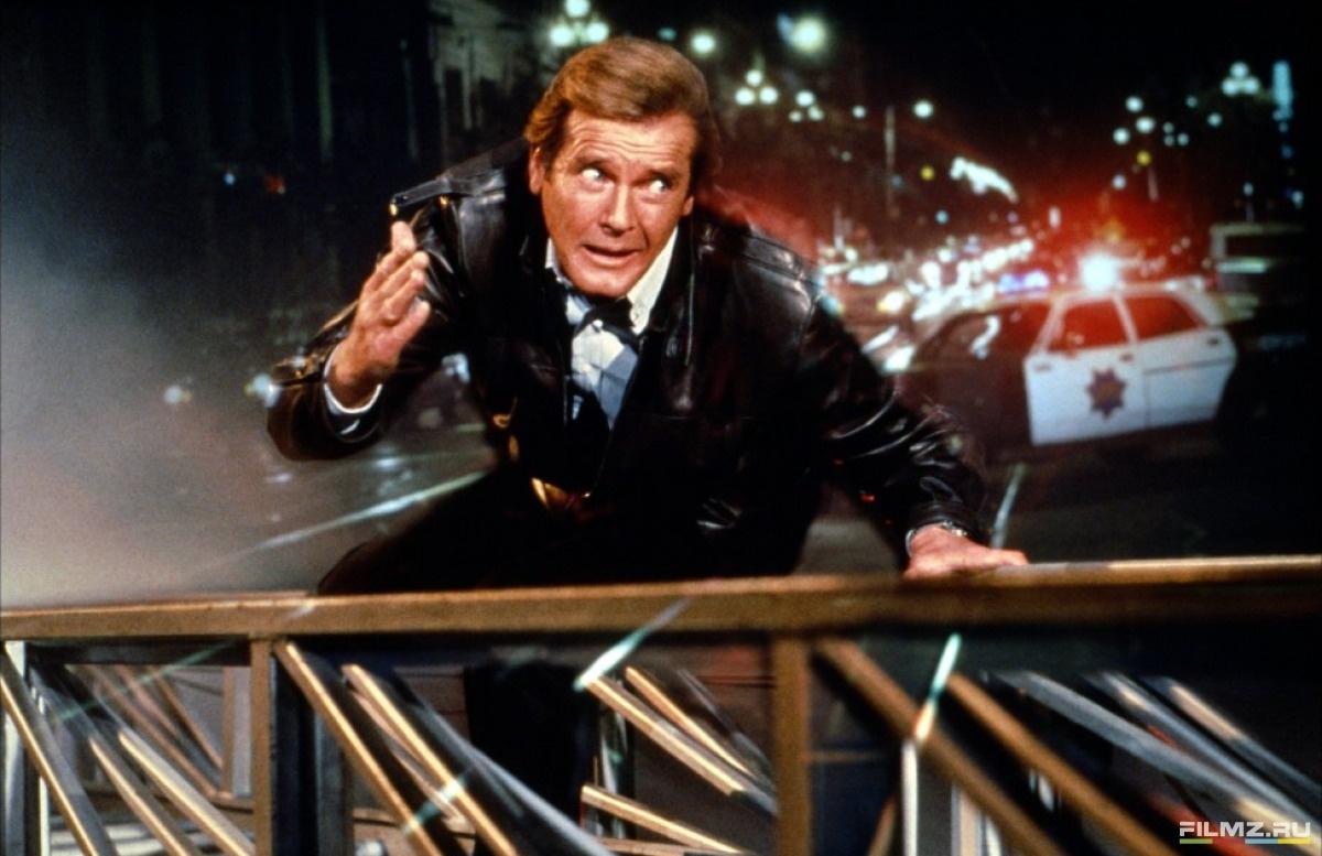 кадры из фильма Вид на убийство Роджер Мур,