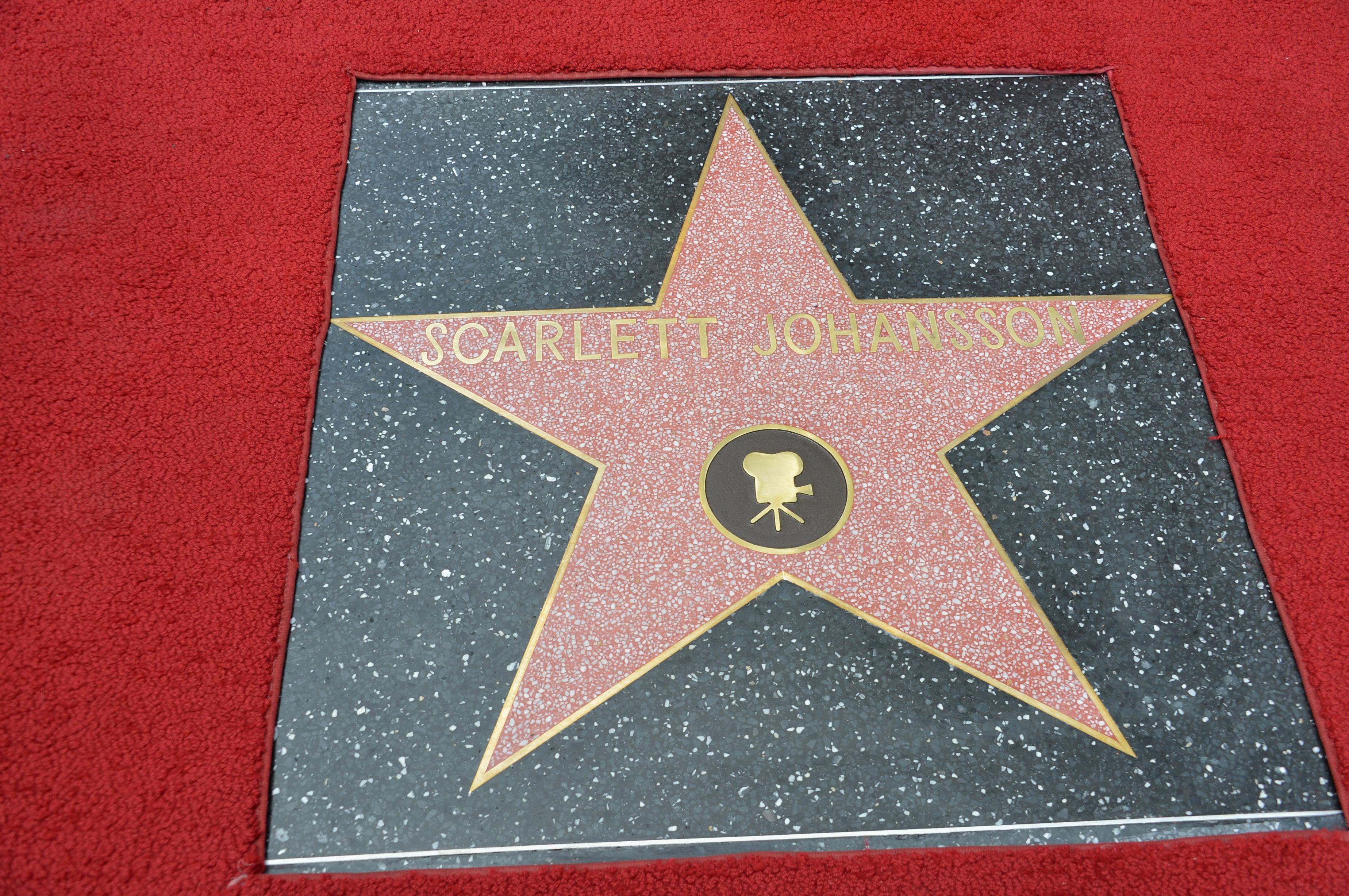 церемония открытия Скарлетт Йоханссон получает звезду на Аллее Славы Скарлетт Йоханссон,
