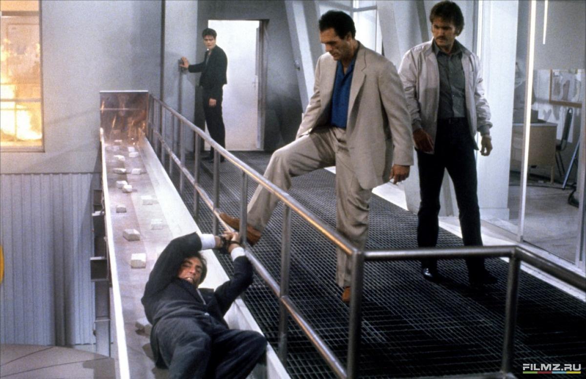 кадры из фильма Лицензия на убийство Бенисио Дель Торо, Роберт Дэви, Тимоти Долтон,