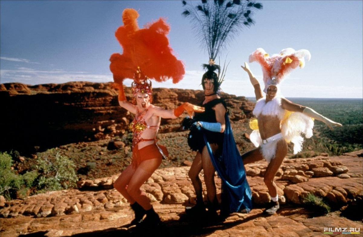 кадры из фильма Приключения Присциллы, королевы пустыни Теренс Стэмп, Гай Пирс, Хьюго Уивинг,