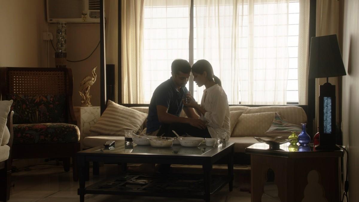 кадры из фильма Красавица из трущоб Риз Ахмед, Фрида Пинто,