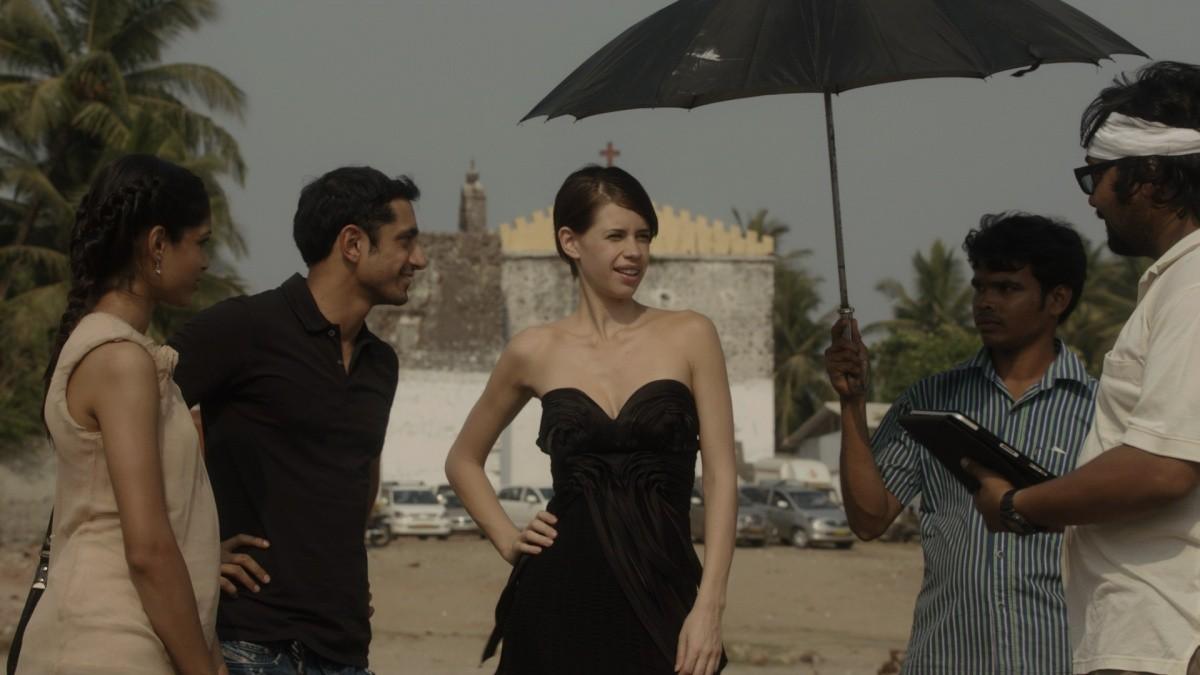 кадры из фильма Красавица из трущоб Фрида Пинто, Риз Ахмед,