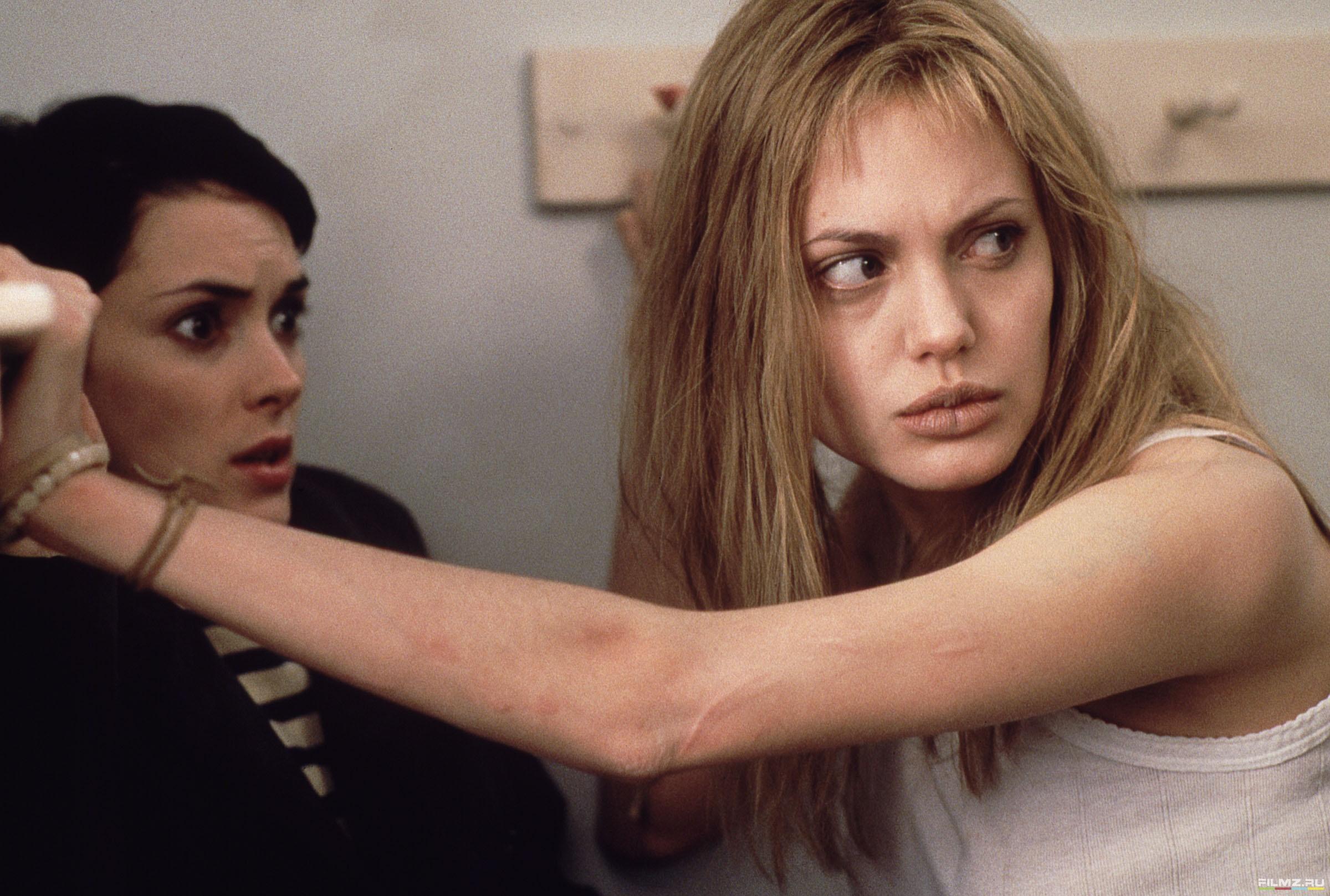 кадры из фильма Прерванная жизнь Анжелина Джоли, Вайнона Райдер,