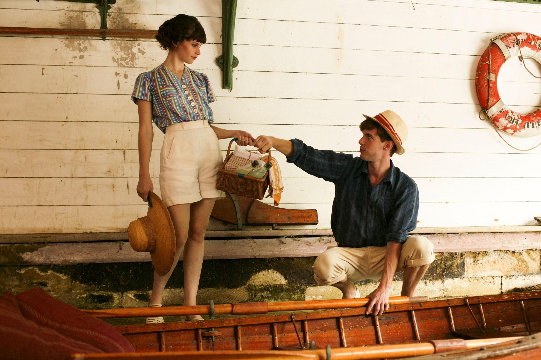 кадры из фильма Хорошая погода для свадьбы* Фелисити Джонс, Люк Тредуэй,