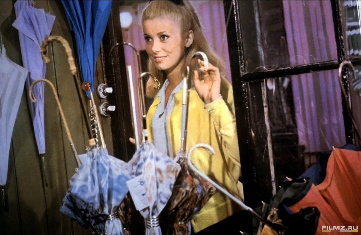 кадры из фильма Шербурские зонтики Катрин Денев,
