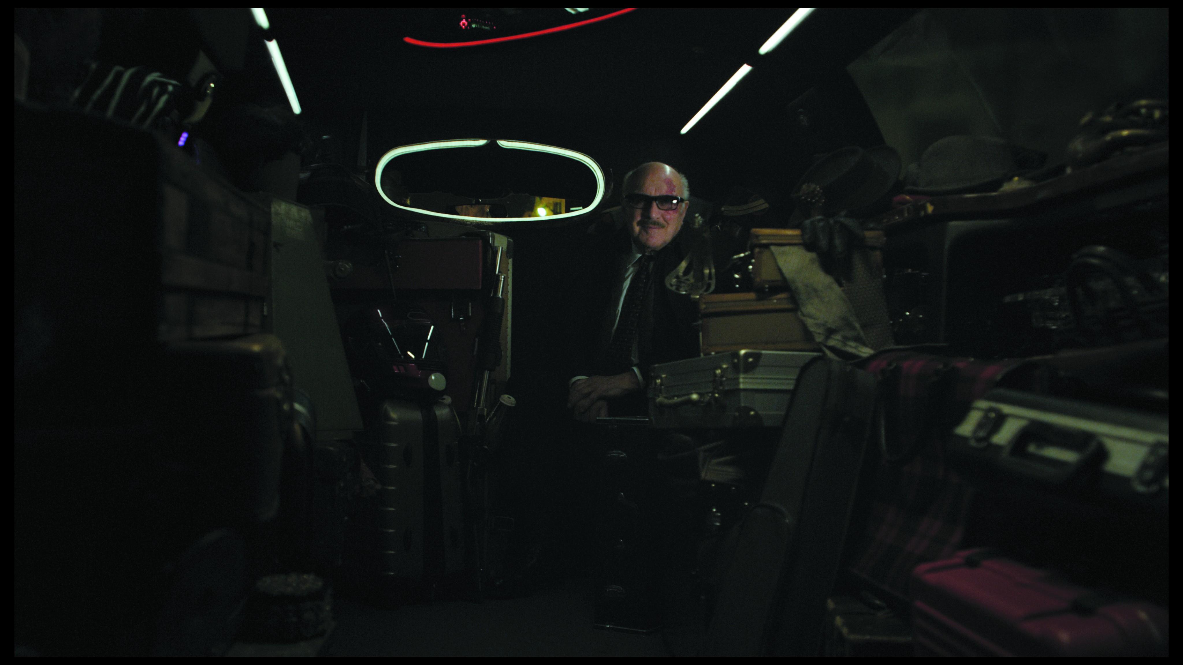 кадры из фильма Корпорация «Святые моторы» Мишель Пикколи,