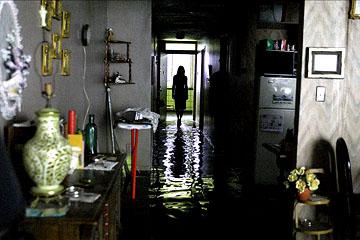 кадры из фильма Темная вода