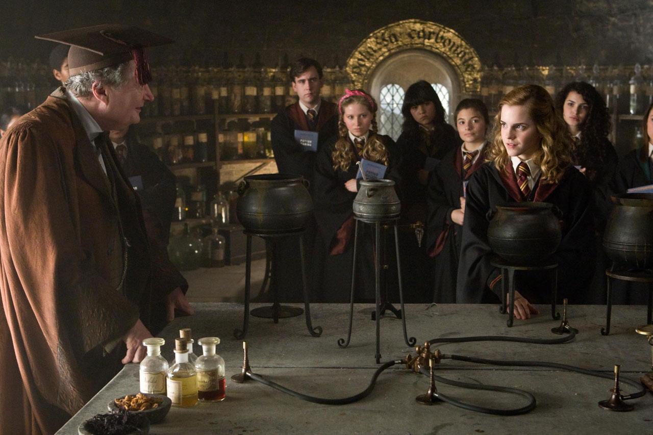 кадры из фильма Гарри Поттер и Принц-полукровка Эмма Уотсон, Джим Бродбент, Мэттью Льюис,