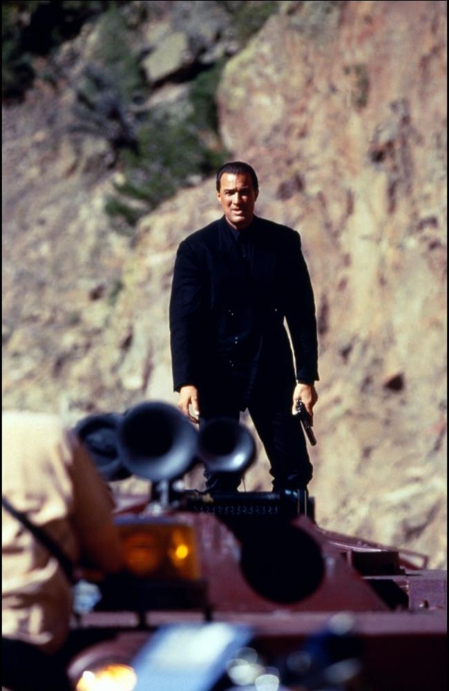 кадры из фильма В осаде 2: Темная территория Стивен Сигал,