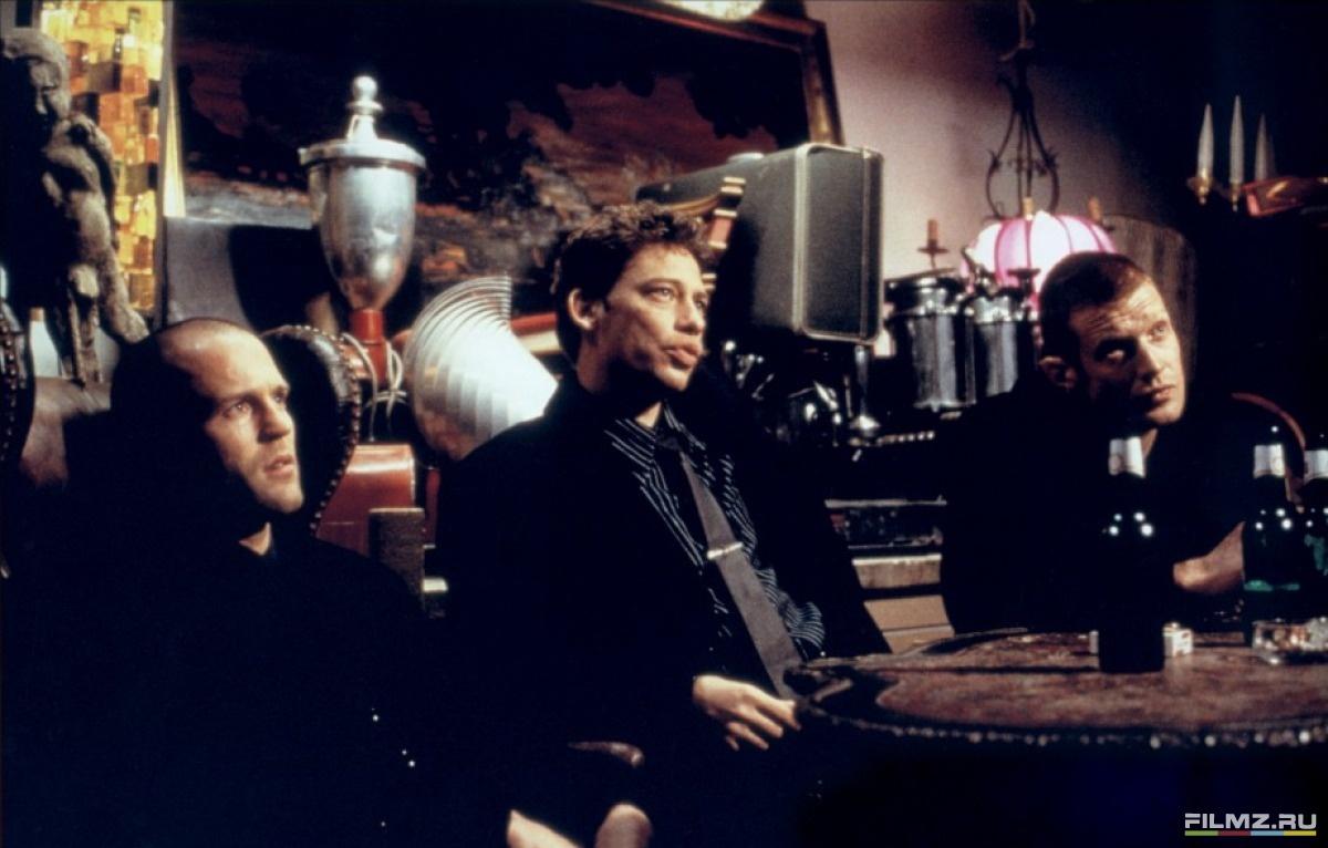кадры из фильма Карты, деньги, два ствола Джейсон Стэтем, Декстер Флетчер, Джейсон Флеминг,