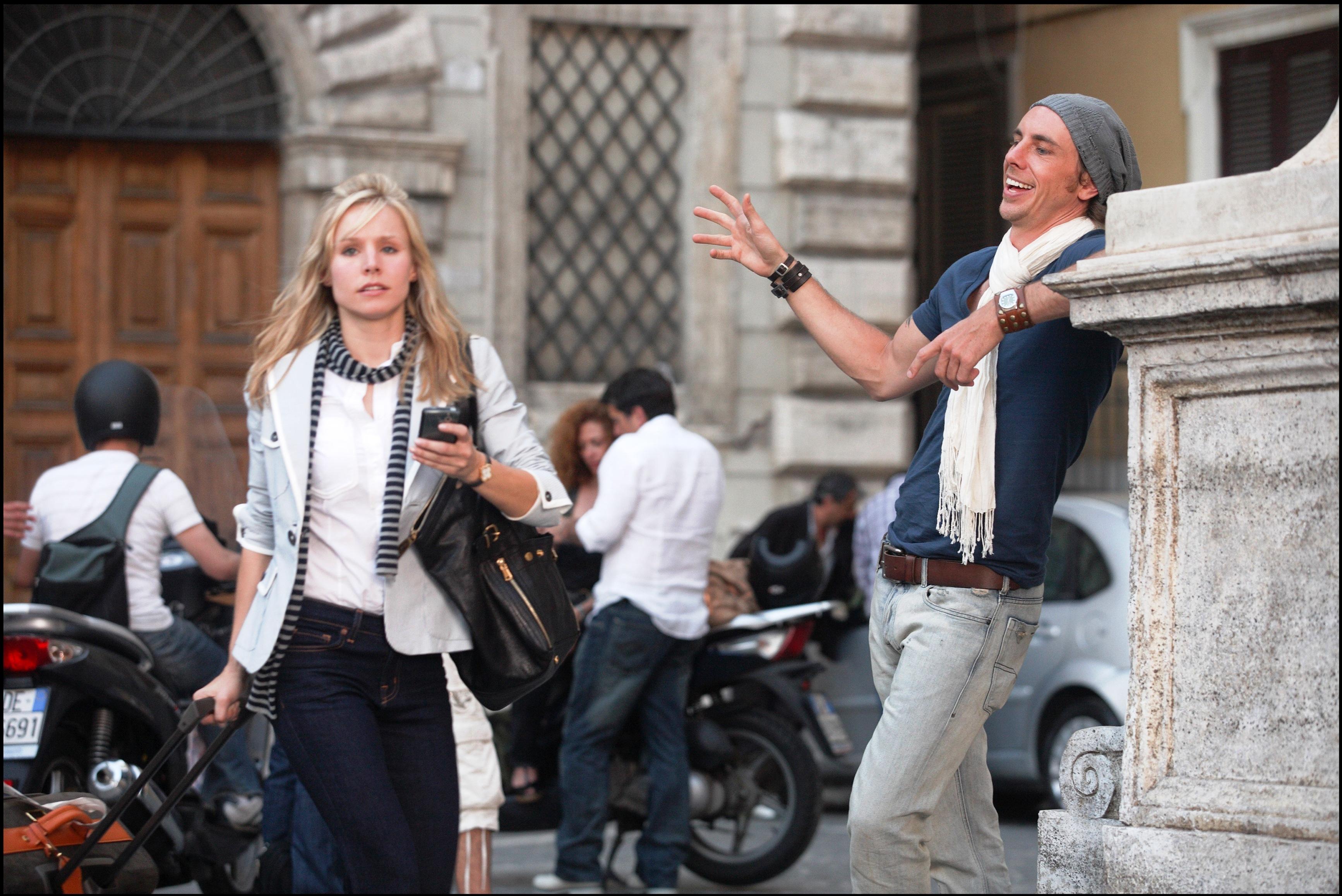 кадры из фильма Однажды в Риме Дэкс Шепард, Кристен Белл,