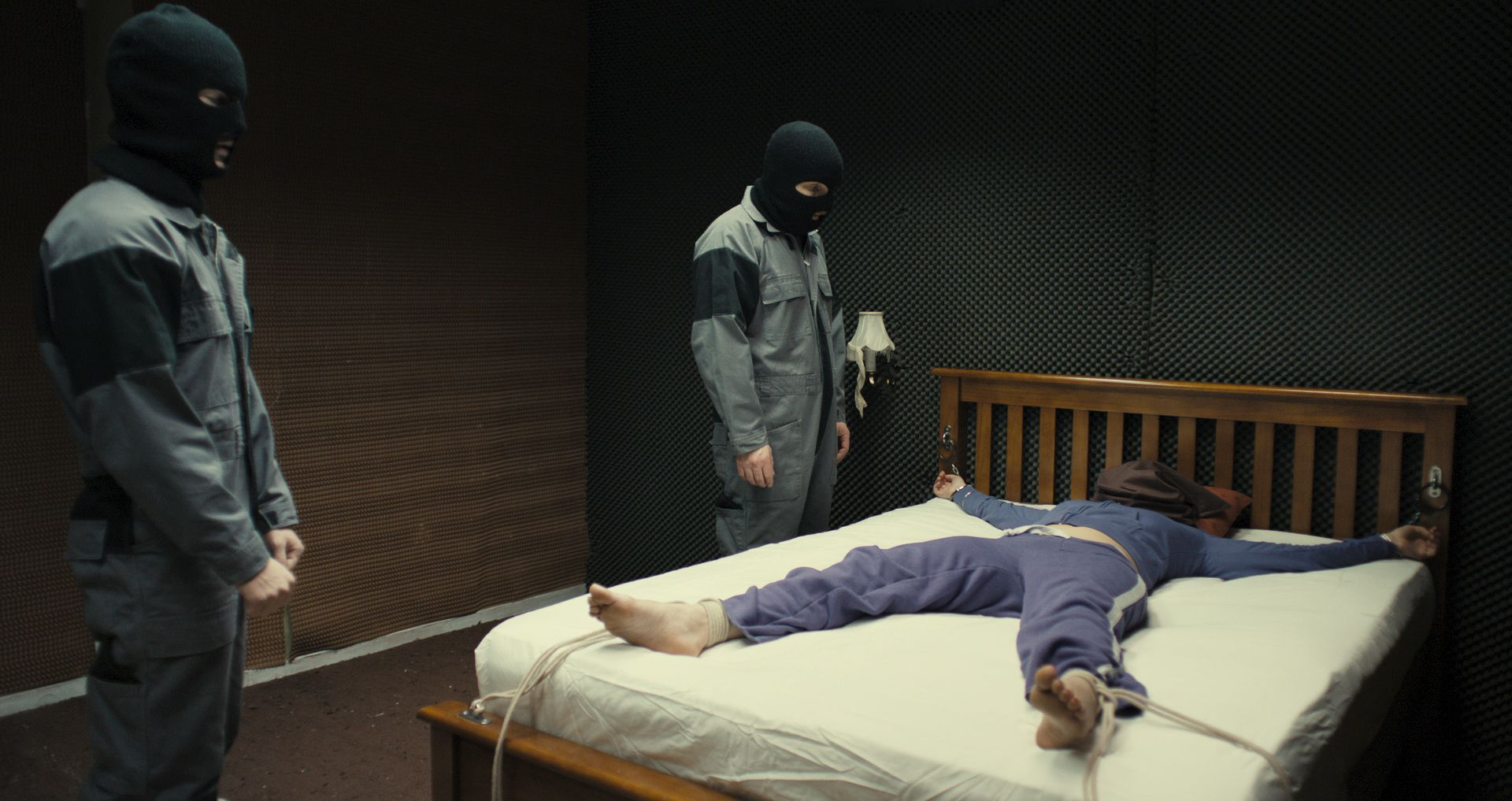 Фото мужчина привязан к кровати 21 фотография