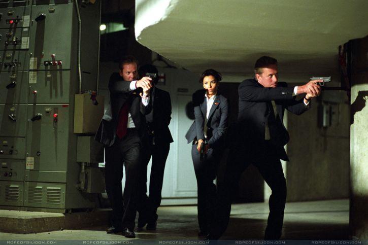 кадры из фильма Охранник Ева Лонгориа, Кифер Сазерленд, Майкл Даглас,