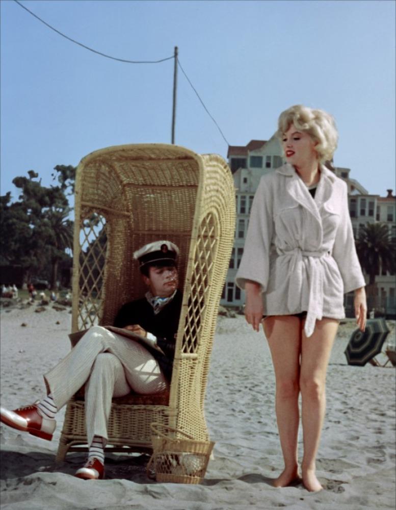 кадры из фильма В джазе только девушки Тони Кертис, Мэрилин Монро,