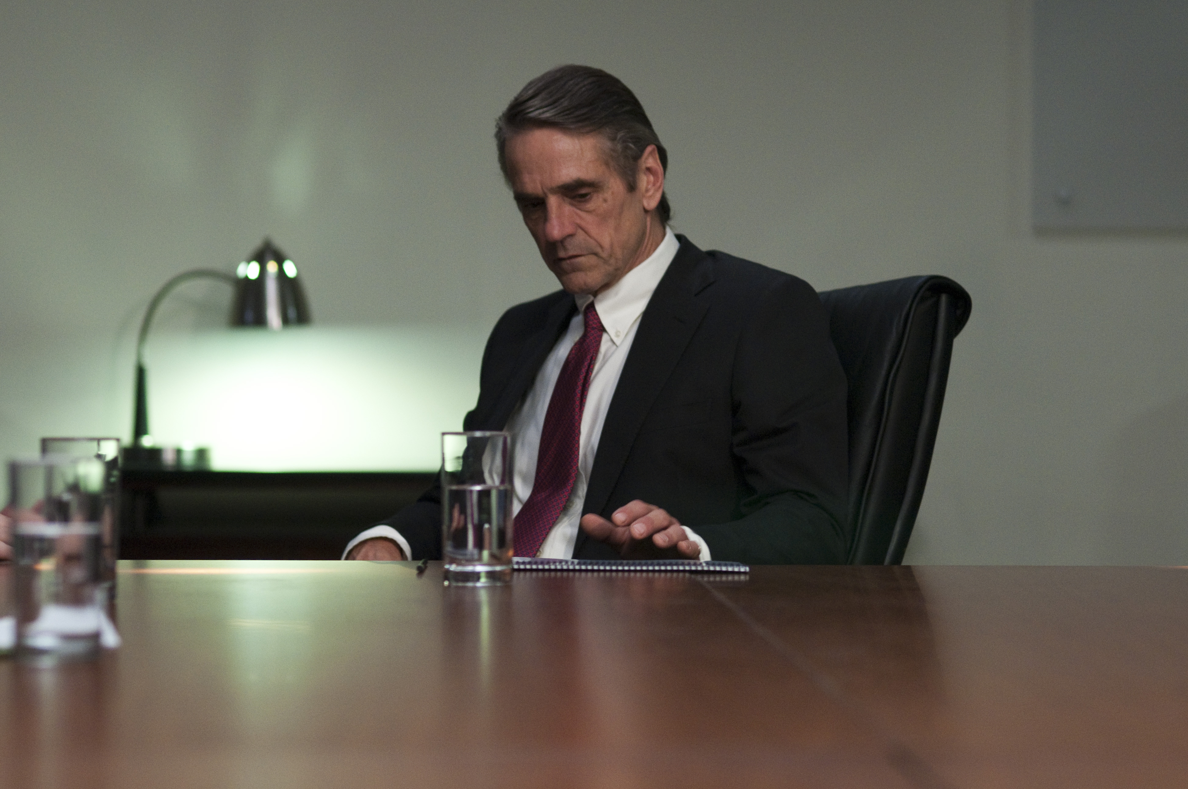 кадры из фильма Предел риска Джереми Айронс,