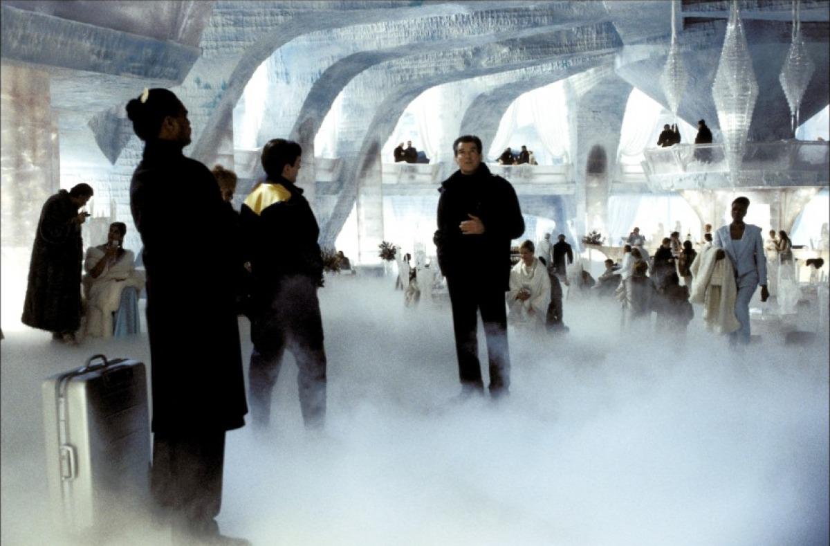 кадры из фильма Умри, но не сейчас Пирс Броснан,