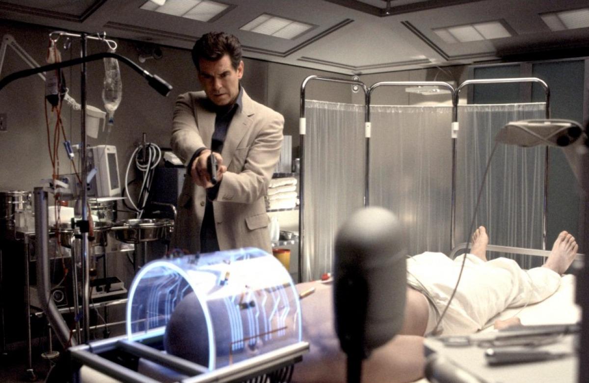 кадры из фильма Умри, но не сейчас Рик Юн, Пирс Броснан,