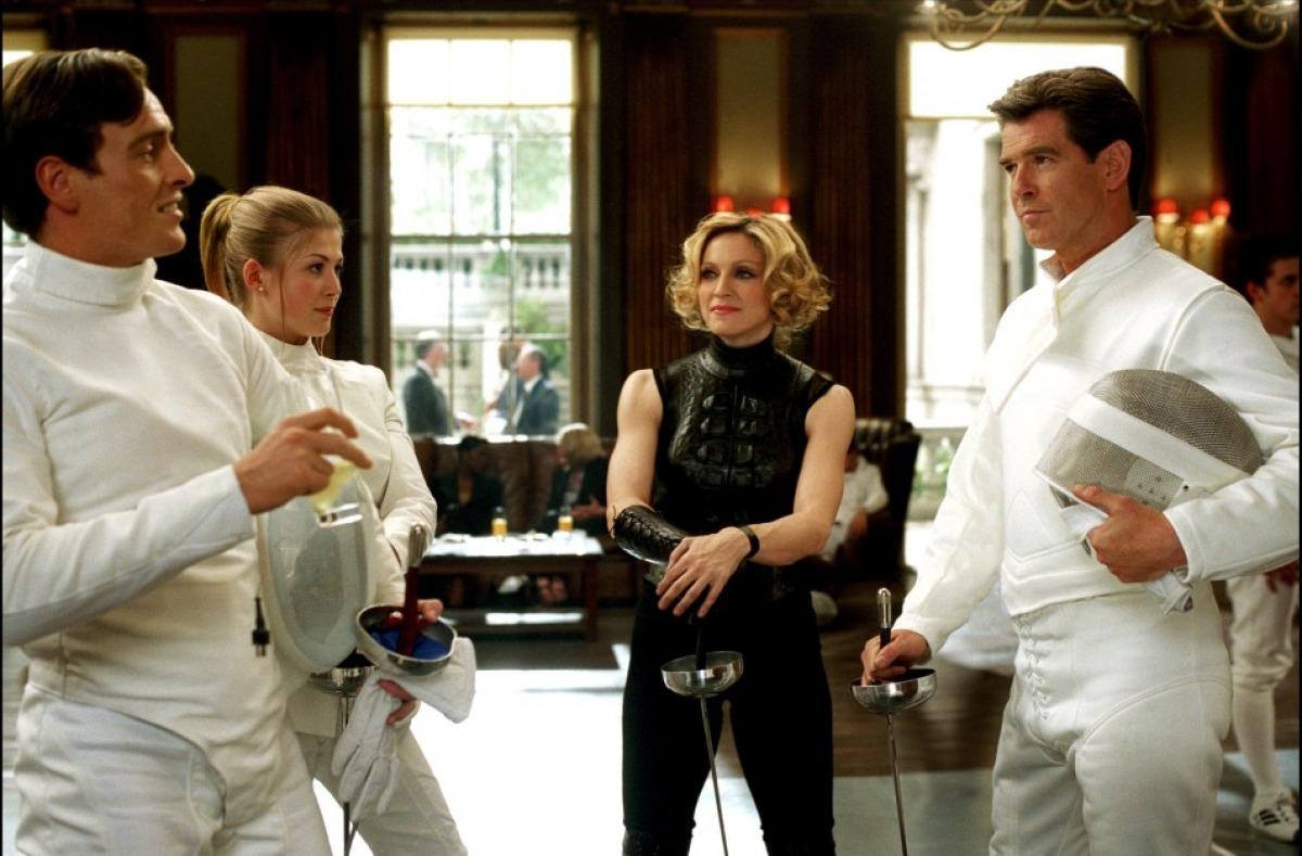 кадры из фильма Умри, но не сейчас  Мадонна, Розамунда Пайк, Тоби Стивенс, Пирс Броснан,