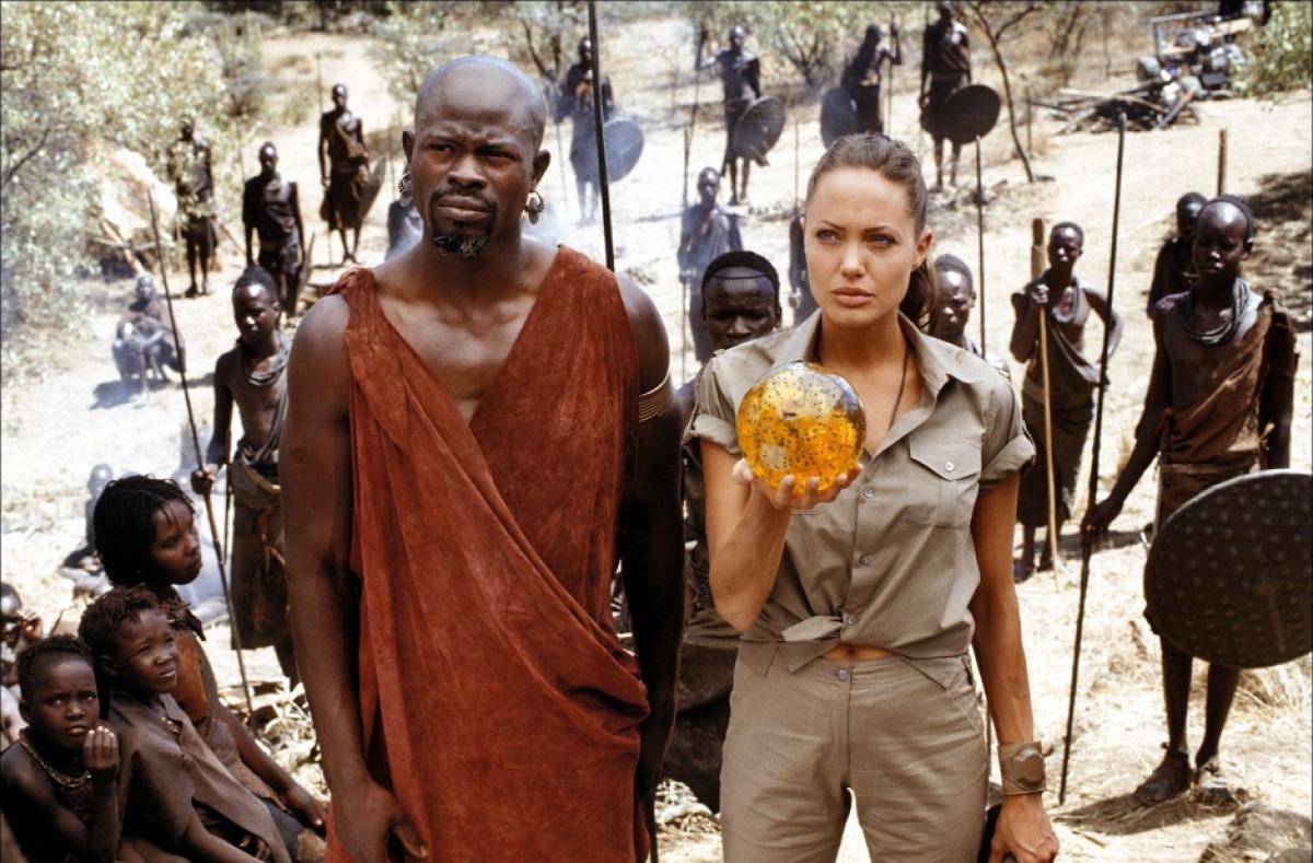 кадры из фильма Лара Крофт, Расхитительница гробниц: Колыбель жизни Джимон Хонсу, Анджелина Джоли,